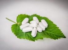 Feuille vert recouverte de médicaments