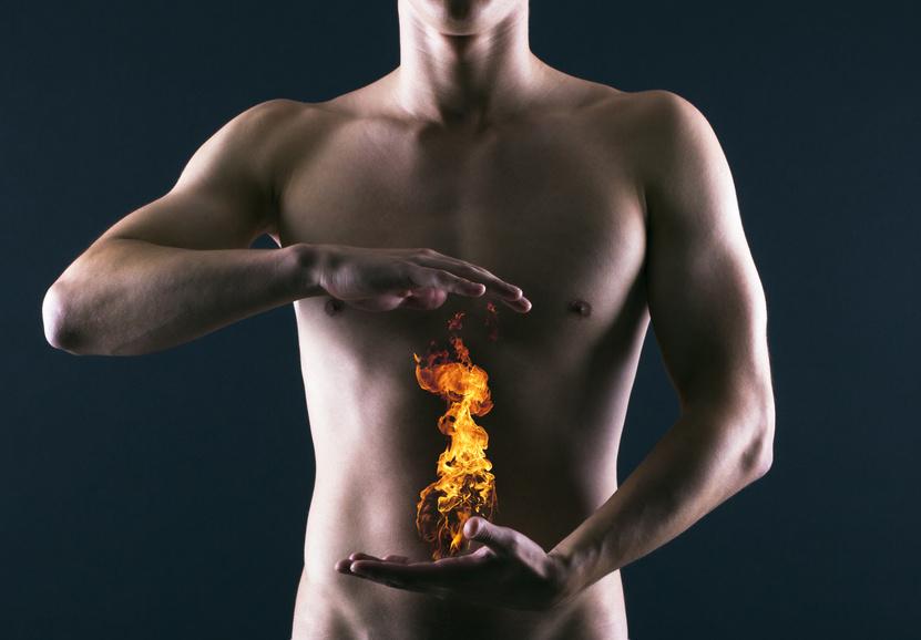 Flammes sur abdomen d'un homme musclé